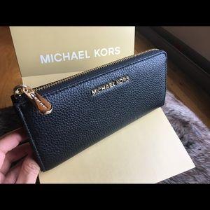 🍀 Michael Kors three Qtr wallet Zip 🍀